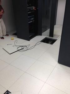 Passage des cables réseaux sous le faux-plancher