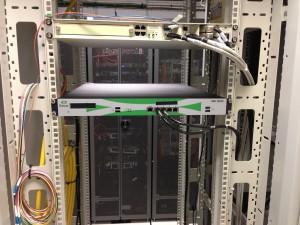 Serveur messagerie unifiée (vue avant, après connexion des cables réseaux))