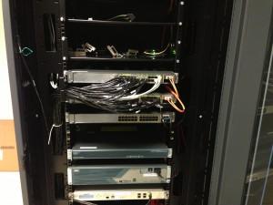 Stack de switch Cisco 3750-E, avec les 2 cables réseaux connectés au serveur de messagerie unifiée.